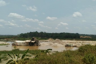 Mining activities on the Lom river in Bétaré Oya (East Region of Cameroon) are linked to numerous social and environmental harms. Photo credits: Eric Etoga.
